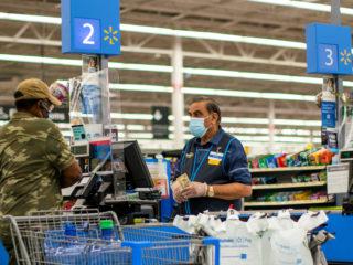 VIDEO: Un cliente se enzarza en pelea con un trabajador de Walmart y queda K.O.