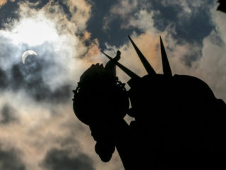 EN VIVO: Un eclipse solar parcial adorna el cielo de Nueva York al amanecer