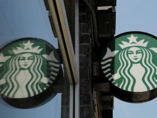 Los locales de Starbucks en EE.UU. experimentan escasez de vasos y jarabes de café
