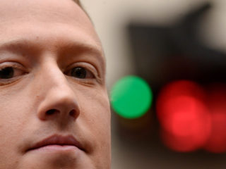 VIDEOS: Zuckerberg presume de puntería con lanzas y arco (pero un detalle 'mata' de risa a los usuarios)
