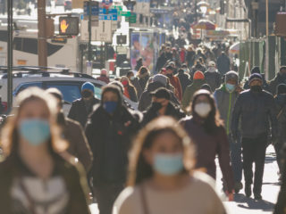 Muestran cómo respirar sin mascarilla puede esparcir el coronavirus a más de 2 metros en el aire en cuestión de segundos