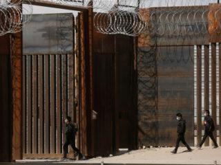 """El gobernador de Texas continuará la construcción del muro y promete detener a los migrantes: """"Recibirás un pase directo a la cárcel"""""""