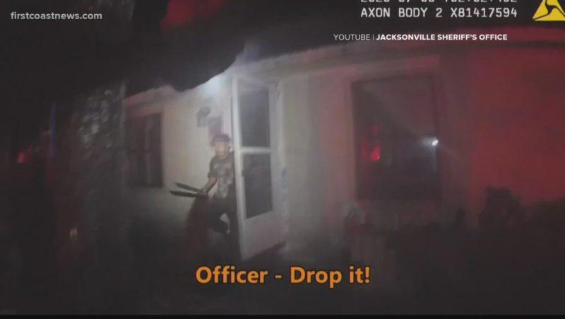 Video de una cámara corporal muestra el momento en que un agente mata a tiros a un joven de 17 años cuando salía de la puerta con un machete