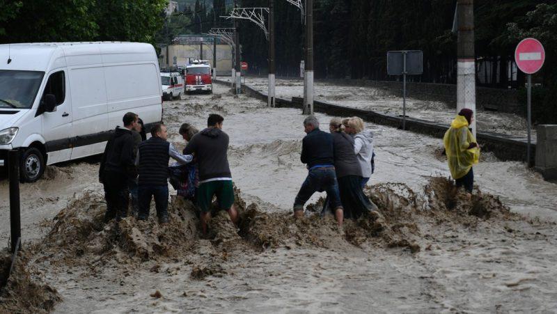 VIDEO: Fuertes lluvias e inundaciones azotan la ciudad turística rusa de Yalta