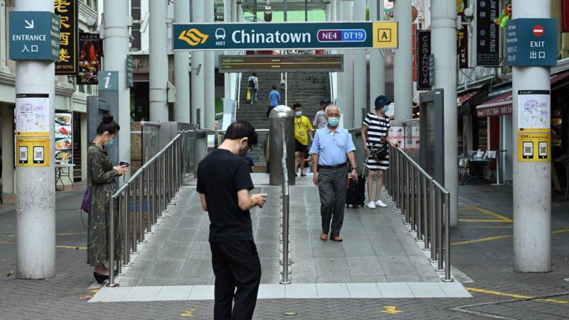 Británico detenido en Singapur por no llevar mascarilla en el metro puede ser condenado a 6 meses de prisión