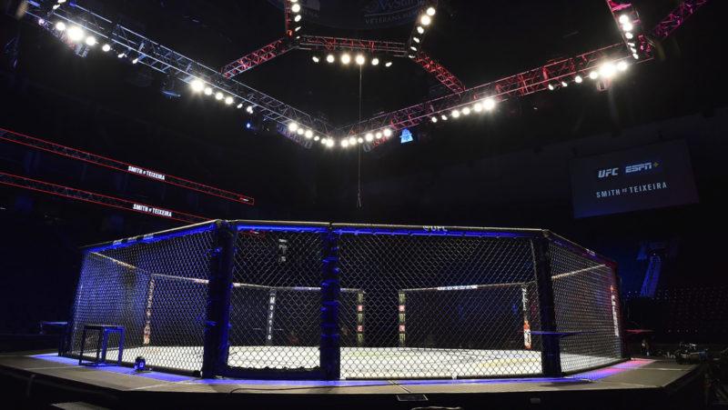 VIDEO: Inédita pelea de lucha libre en un octágono y con reglas de MMA decepciona a muchos fanáticos por no lucir real