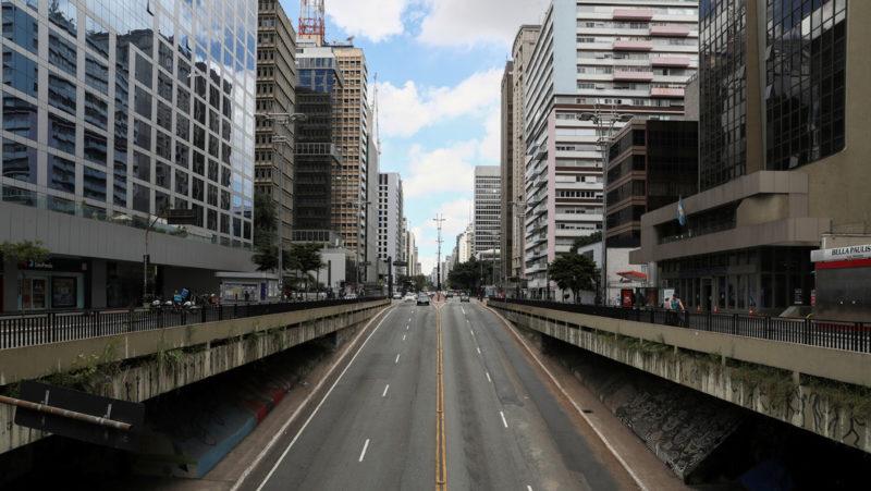 VIDEO: Derraman litros de 'sangre' por la avenida más importante de Sao Paulo en protesta por las más de 500.000 muertes por covid-19 en Brasil