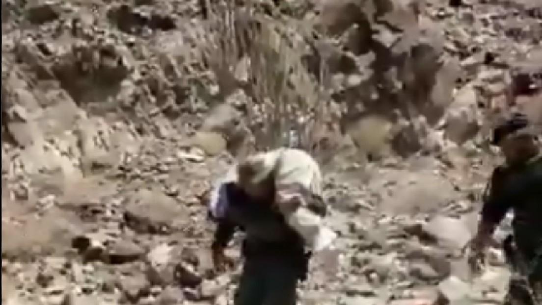 VIDEO: Policía fronterizo de EE.UU. carga a una migrante herida en sus hombros tras perderse mientras cruzaba ilegalmente la frontera
