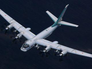 Tres bombarderos Tu-95 y dos barcos rusos practican un ataque al enemigo durante ejercicios en el océano Pacífico