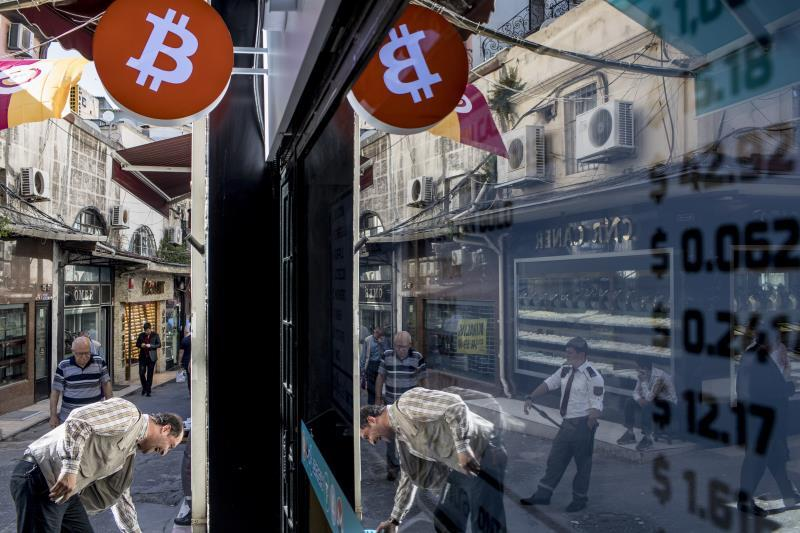 Bitcoin plummets 8% due to obstacles in China and the strength of the dollar