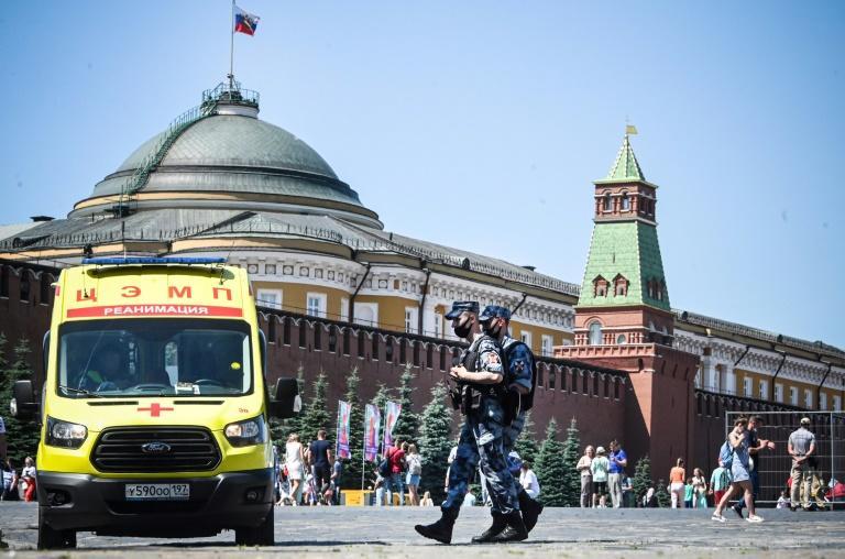 Soldados de la guardia nacional rusa patrullando en la Plaza Roja de Moscú junto a una ambulancia, el 18 de junio de 2021 en Moscú