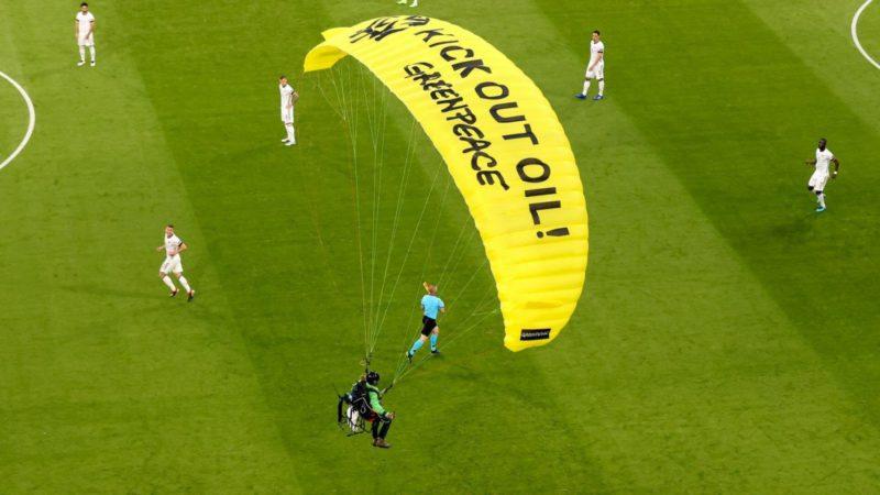 Crash landing during the EM: Police investigate after Greenpeace action