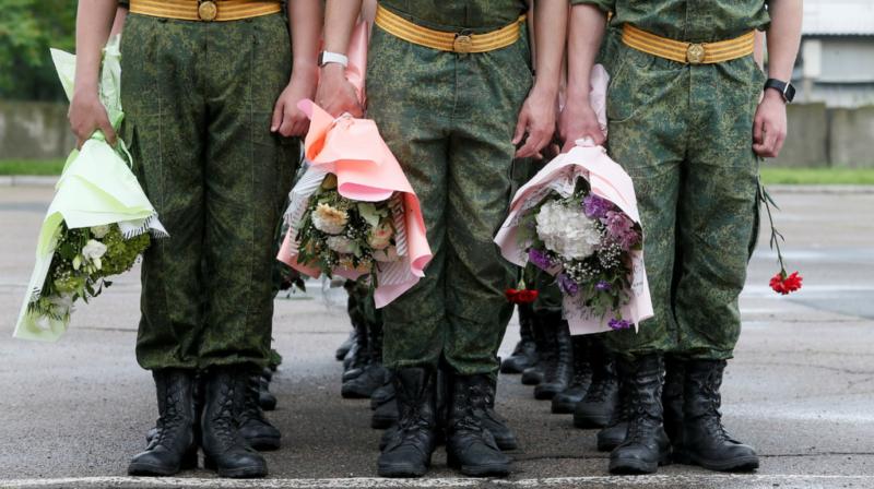 Cadetes de una academia militar sostienen flores durante una ceremonia de graduación en la ciudad de Donetsk, Ucrania. (Foto: Reuters)