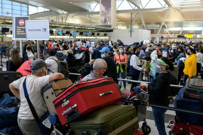 Pasajeros esperan en el aeropuerto John F. Kennedy de Nueva York el 28 de mayo de 2021