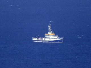 They find the body of a 6-year-old girl and look for her little sister in the sea of Tenerife: they believe that her father threw them tied to an anchor