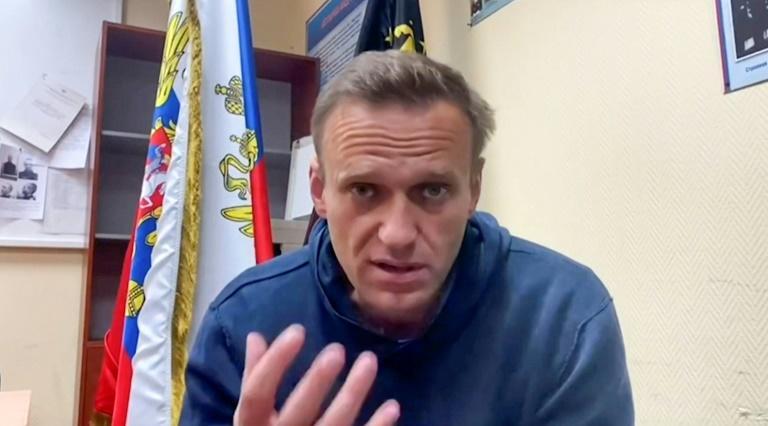 Foto de archivo tomada de un video difundido el 18 de enero de 2021 en la página de YouTube del equipo Navalny, se muestra al líder de la oposición rusa Alexei Navalny hablando mientras espera una audiencia judicial en una estación de policía en Khimki, en las afueras de Moscú.