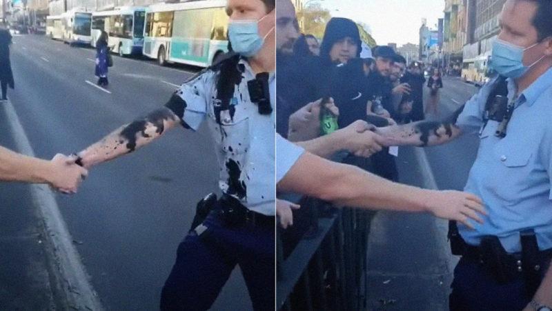 VIDEO: Un policía rociado con tinta en las protestas en Sídney da la mano a manifestantes y se gana su respeto