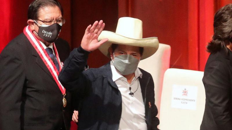 El presidente electo de Perú anuncia que pedirán al Congreso que el sueldo de ministros y congresistas baje a la mitad