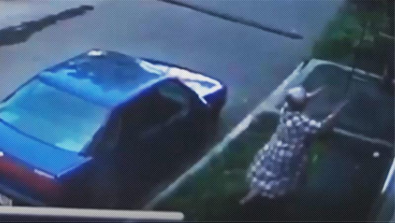 VIDEO: Una mujer en Rusia atrapa a un bebé que cayó por la ventana de un edificio, se lo entrega a los padres y se marcha tranquilamente