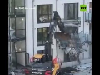 Un contratista destruye la fachada de un edificio residencial con una retroexcavadora como venganza por la falta de pagos (VIDEO)