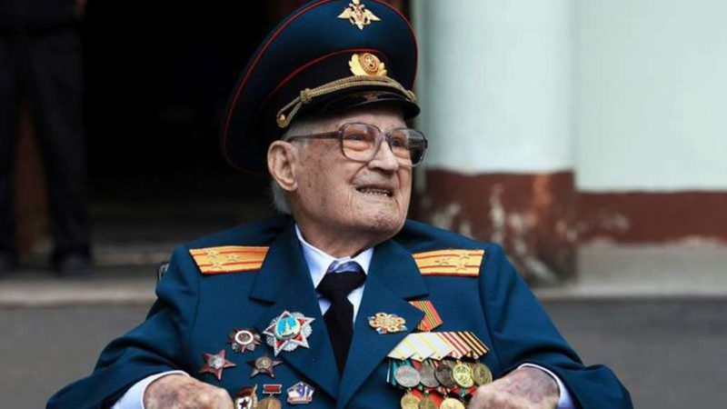 """At 102 years old, a Russian World War II veteran overcame the coronavirus after more than a month of hospitalization: """"I was born again"""""""