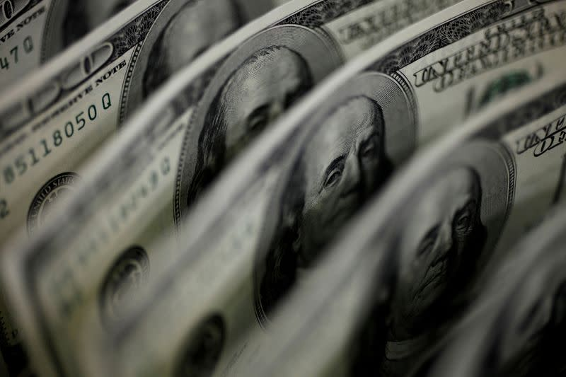 Dollar falls with the Fed in the spotlight