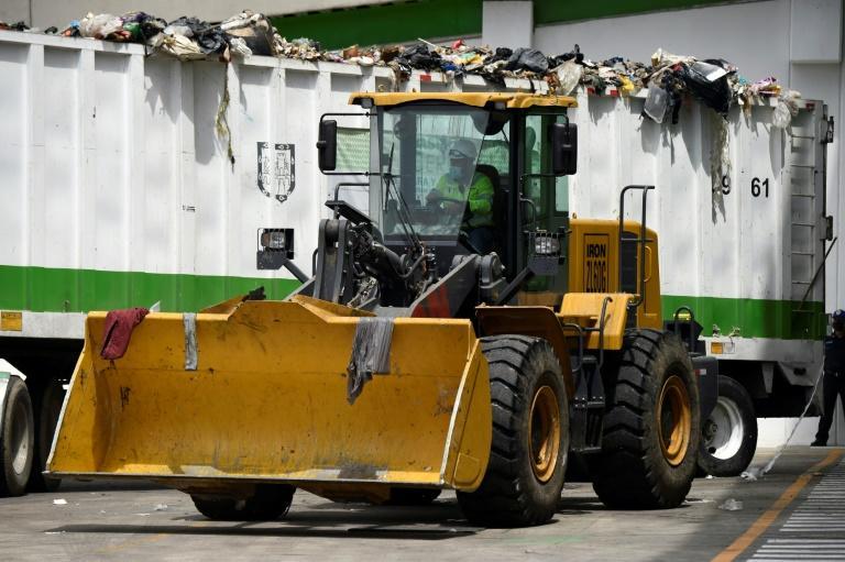 Un empleado de la Ciudad de México trabajando en una moderna planta de reciclaje de basura, el 30 de julio de 2021