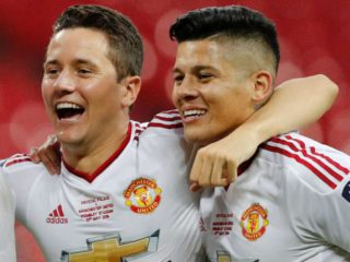 The charge of Ander Herrera to Marcos Rojo for trying to hit a security with a fire extinguisher