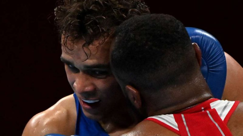 They disqualify a Moroccan boxer for an unfair attack above the ring