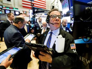 Wall Street closes in the red and the Dow Jones falls 0.42% in a negative week