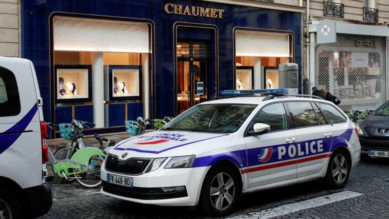 """Van Damme 'ayuda' a un ladrón a cometer un robo de joyas """"monumental"""" de más de 2 millones de dólares en una tienda en París"""