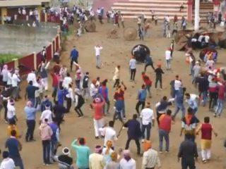 Bagwal, el festival sangriento en el que los residentes de una ciudad india se lanzan piedras y provocan decenas de heridos anualmente (VIDEO)