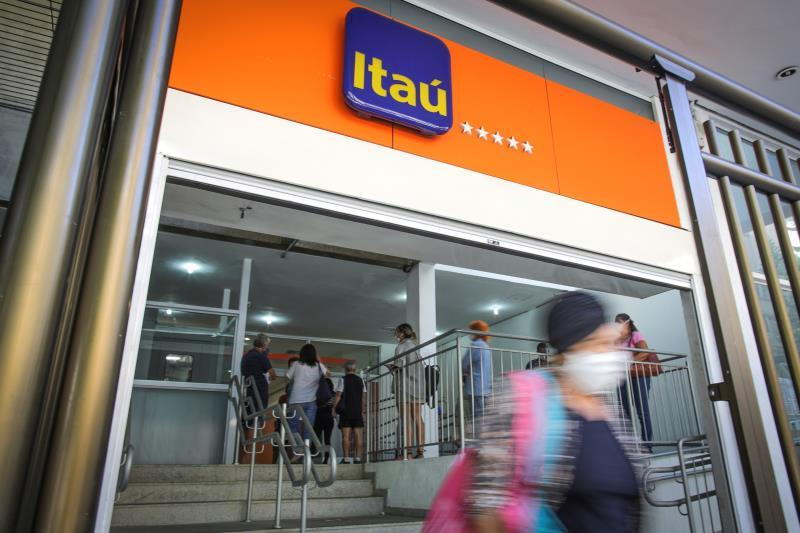 Banco Itaú almost doubles its earnings in the semester to 2,500 million dollars