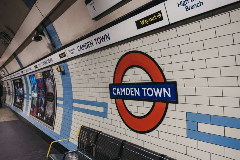 Panic in a London subway station: a man set himself on fire in front of all the passengers