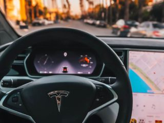 La nueva versión del autopilot de Tesla sigue con graves problemas