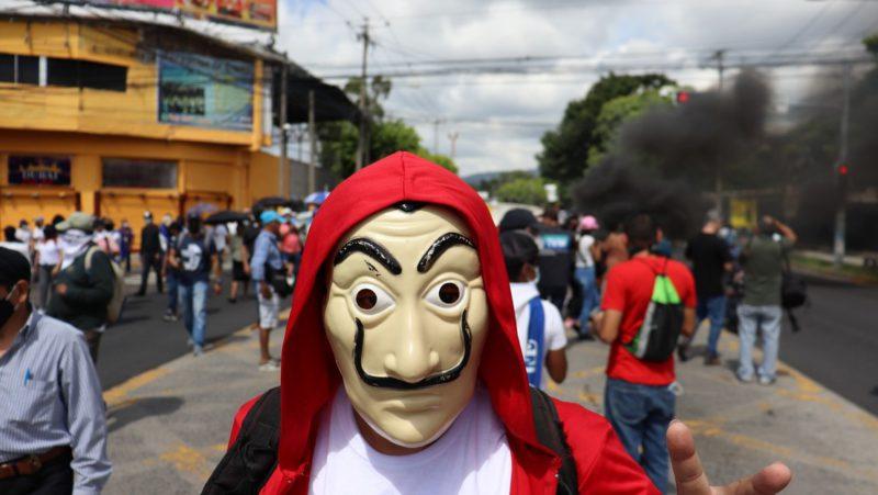 """""""La democracia y las libertades individuales están en peligro"""": Así fue la multitudinaria (e insospechada) marcha contra Nayib Bukele en El Salvador"""