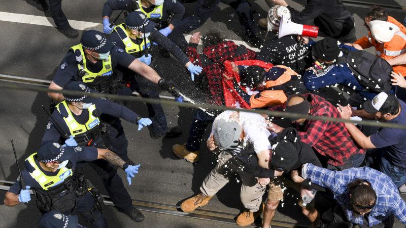 Choques entre la Policía australiana y manifestantes contrarios a las medidas de bloqueo por el covid-19 (VIDEOS, FOTOS)