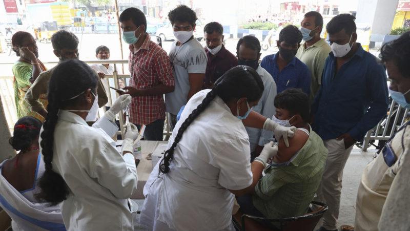 La India 'regala' a su primer ministro otro récord diario de vacunación: más de 22 millones de dosis en el día de su cumpleaños