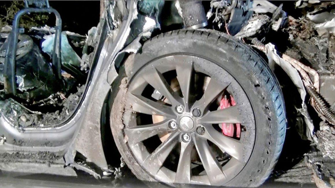 Un coche Tesla en piloto automático falla y choca contra 5 policías de Texas