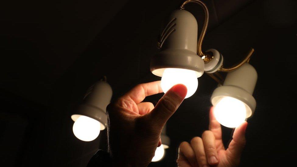 Bombillas de luz en Madrid, España.