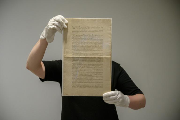 Uno de los 11 ejemplares conocidos de la Constitución de Estados Unidos del 17 septiembre 1787, presentado a la prensa el 17 de septiembre de 2021 en la sede de la casa de remates Sotheby