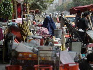 Posibles clientes ojean productos domésticos a la venta en un mercadillo en Kabul, el 12 de septiembre de 2021 (AFP/WAKIL KOHSAR)