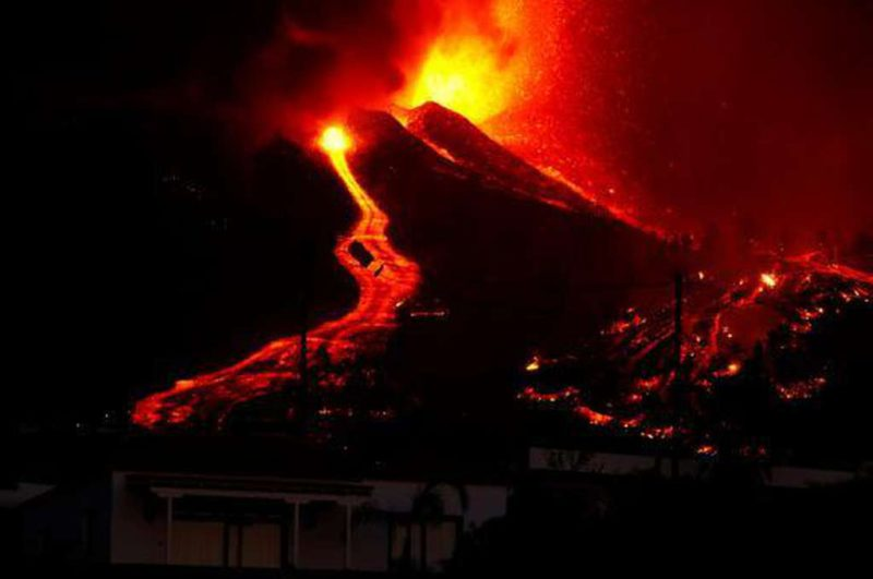 The La Palma volcano continues to erupt and destroys everything in its path: the phenomenon could last weeks or months