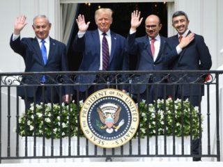 Foto de archivo del 15 de septiembre de 2020 en Washington, con el primer ministro israelí, Benjamin Netanyahu; el presidente estadounidense, Donald Trump, el ministro de Exteriores de Baréin, Abdulatif al-Zayani, y su homólogo de Emiratos Árabes Unidos, Abdulá bin Zayed Al-Nahyan (AFP/SAUL LOEB)