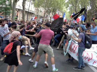 The photos of the day: protest against the restrictions due to Covid-19 in France, damage from the passage of the cyclone in the Philippines and tornado in Italy - TN - All News