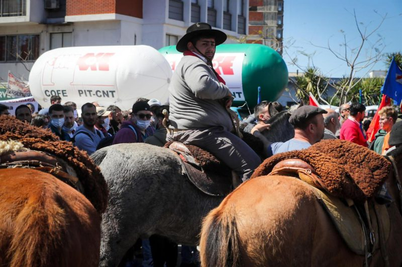 Uruguayan trade union center exhibits its muscle in an act that brought together the countryside and the city