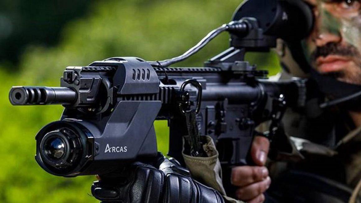 El ARCAS es un arma con IA y joystick que permite detectar y reconocer a enemigos mediante la Realidad Aumentada al apuntarles.