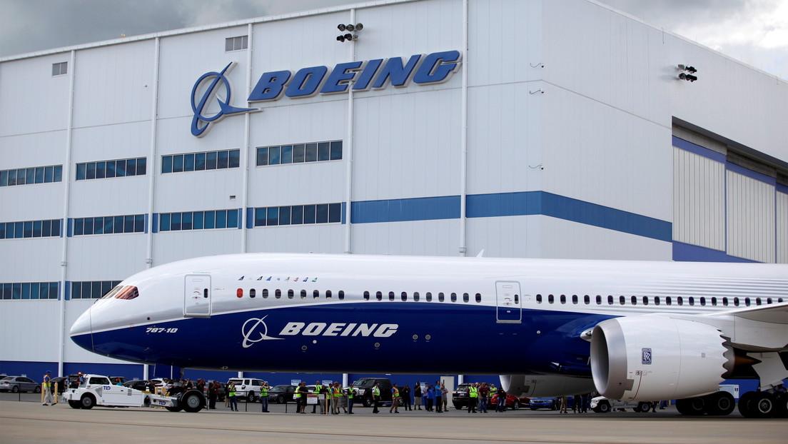 Acusan a expiloto jefe de pruebas de Boeing de ocultar información sobre los cambios en el 737 MAX que provocaron las tragedias