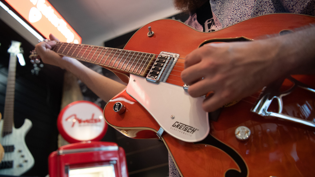 Logran rastrear una guitarra robada hace 45 años gracias a Internet y el reconocimiento facial
