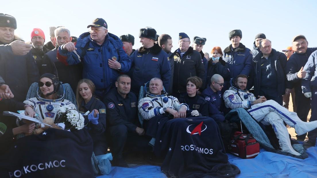 VIDEO:  El equipo ruso que filma la primera película en el espacio sigue grabando nada más aterrizar